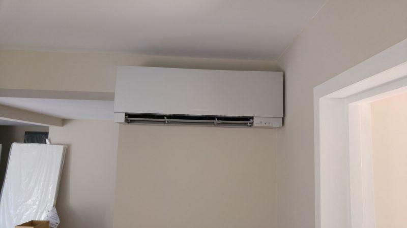 installation d 39 un climatiseur couleur gris argent mitsubishi r versible allauch installation. Black Bedroom Furniture Sets. Home Design Ideas